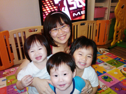 Lee owns a home business while being with her 3 children'