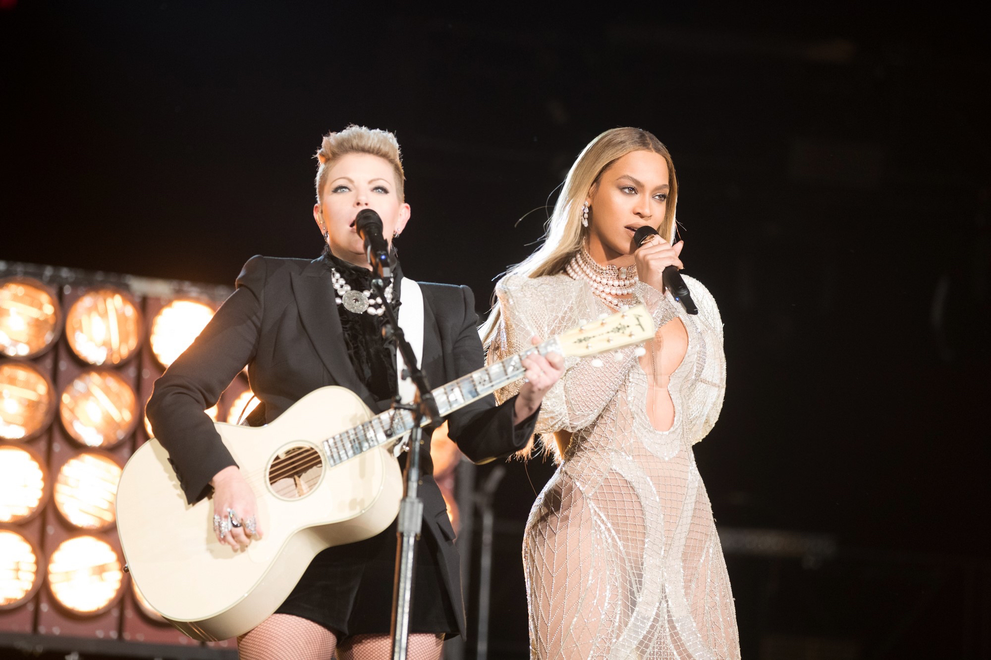Beyoncé and Natalie Mains of the Dixie Chicks per