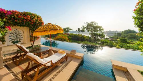 Luxury Hotel'